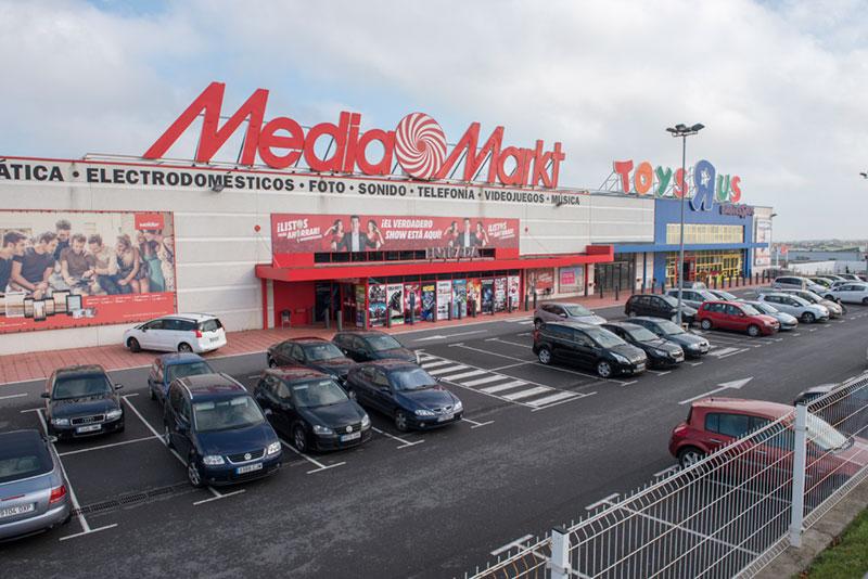Exterior mediana comercial con Toys'R'Us y Media Markt